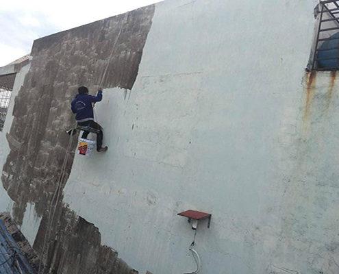 Công nhân thi công sơn chống thấm