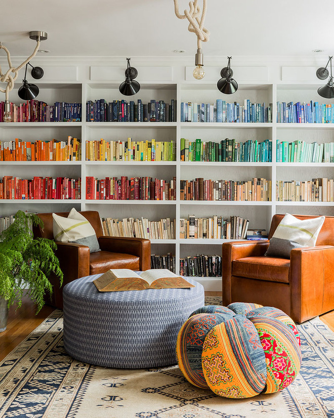 Giá sách ko nhàm chán bởi Sắc màu tới từ gáy những quyển sách và truyện tran