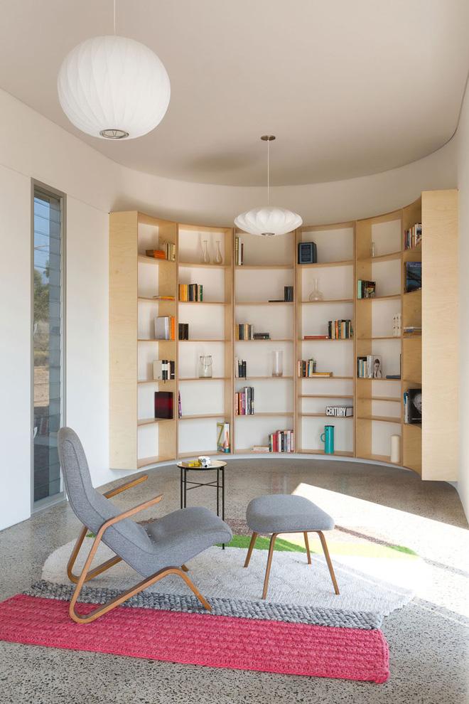 Góc đọc sách với design kệ ốp hẳn vào tường hình vòng cung bắt mắt